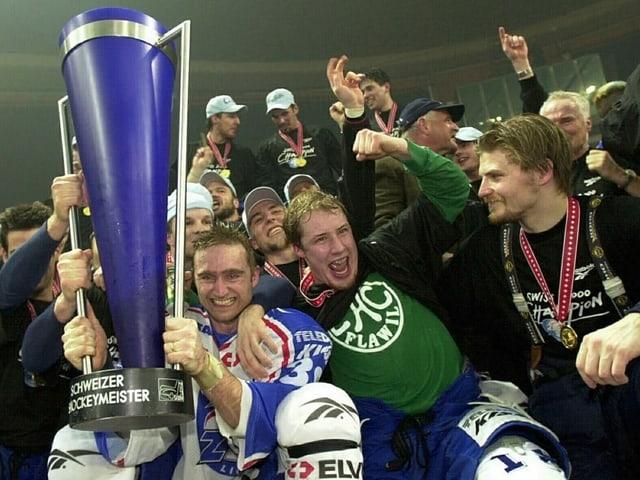 Christian Weber (mit Pokal), Mathias Seger und Goalie Ari Sulander.