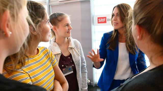 Susanne Wille (Politmoderatorin SRF) im Gespräch mit Schülerinnen