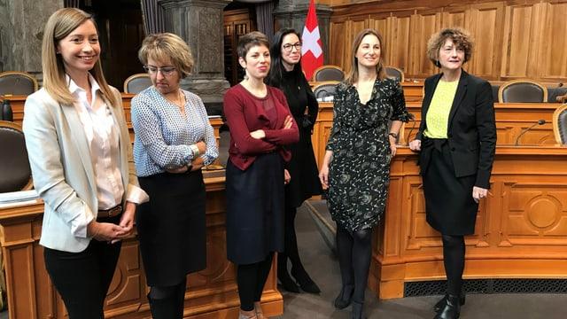 Gapany neben anderen Parlamentarierinnen