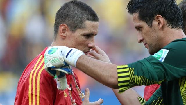 Goalie Roche hängt Torres eine Muschelkette um - dieser erzielte 4 der 10 spanischen Tore.