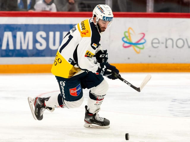 Patrick Incir fährt auf dem Eis einem Puck hinterher.