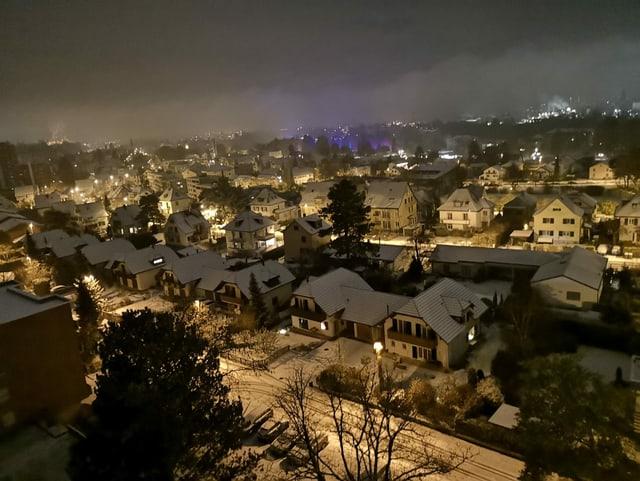 Schnee im Flachland auf Hausdächern