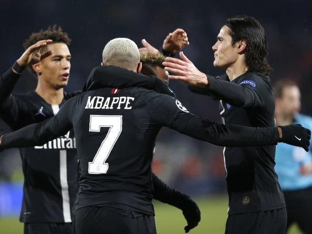 Die Spieler von Paris St-Germain jubeln.