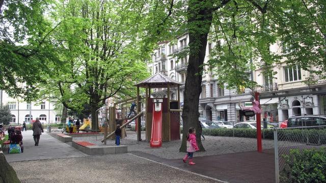 Kinder spielen auf dem Spielplatz im Vögeligärtli in Luzern.