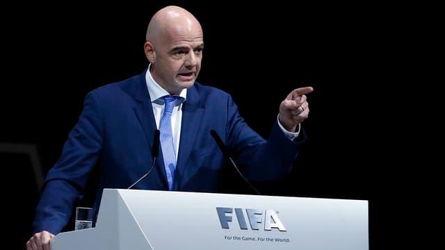 Fifa-Präsident Gianni Infantino am Rednerpult. Er zeigt mit dem Finger geradeaus.
