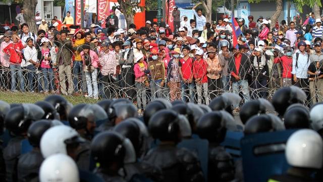 Demonstranten stehen der Polizei gegenüber