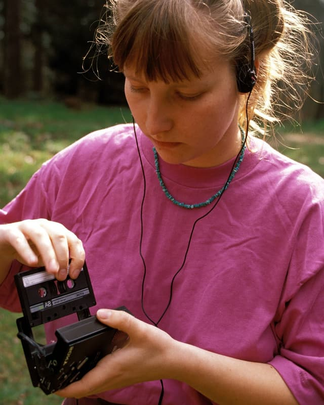 Eine Frau mit einem Walkman.