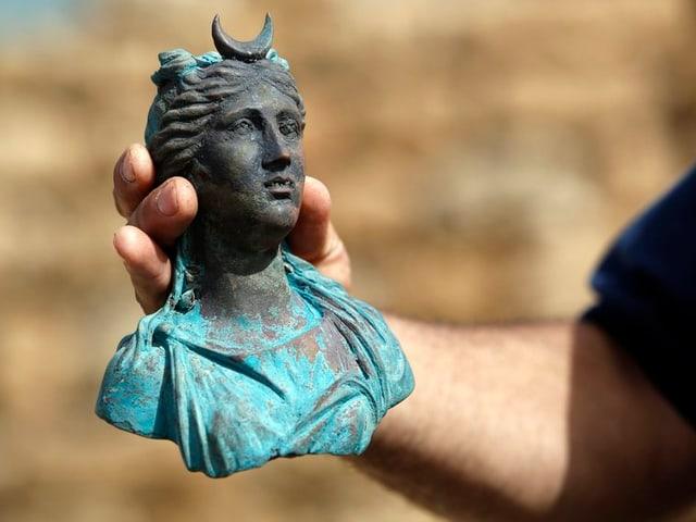 Ina statua da bronza da la dieua da la glina Luna.