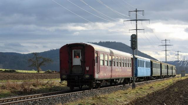 alte Bahnwagen auf offener Strecke