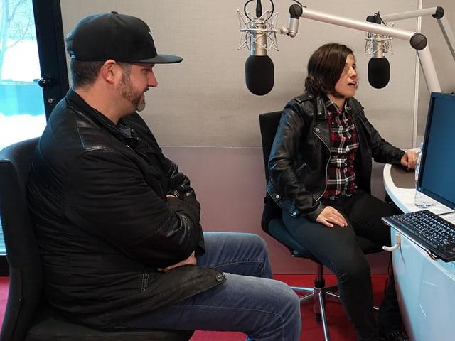 Carmen Cresta e Valentin Alig durant l'intervesta el studio dad RTR