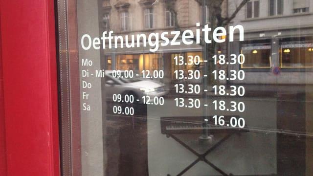 Ladenöffnungszeiten an Ladentüre