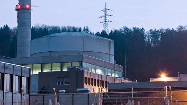 Das AKW Mühleberg in der Dämmerung.