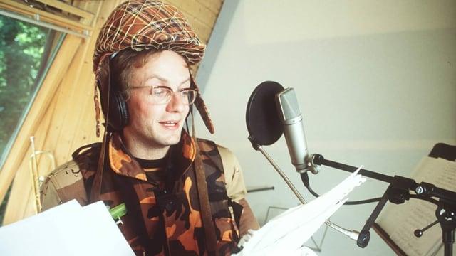 Der deutsche Komödiant Wigald Boning beim Einsingen des Songs «Gimme More Huhn».