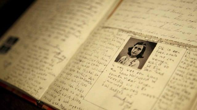 Eine Replika des Tagebuchs vom jüdischen Mädchen Anne Frank.
