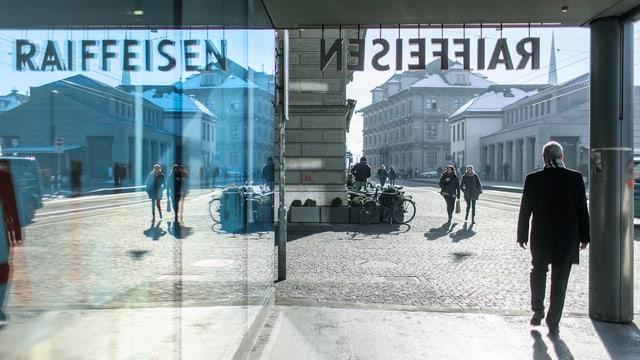 Passanten vor der Raiffeisen-Filiale am Limmatquai in Zürich.