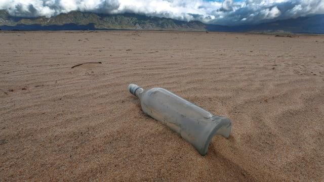 Eine Flasche in der Wüste.