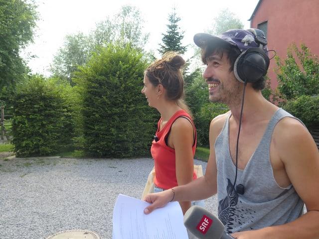 Dania Sulzer und Gabriel Crucitti mit SRF Mikrofon auf Reportage