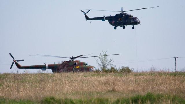 Zwei Transporthelikopter der russischen Armee.