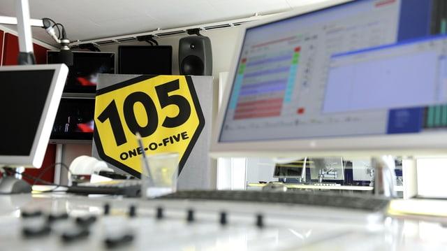 Ein Radiostudio, darin das schwarz-gelbe Logo von Radio 105.