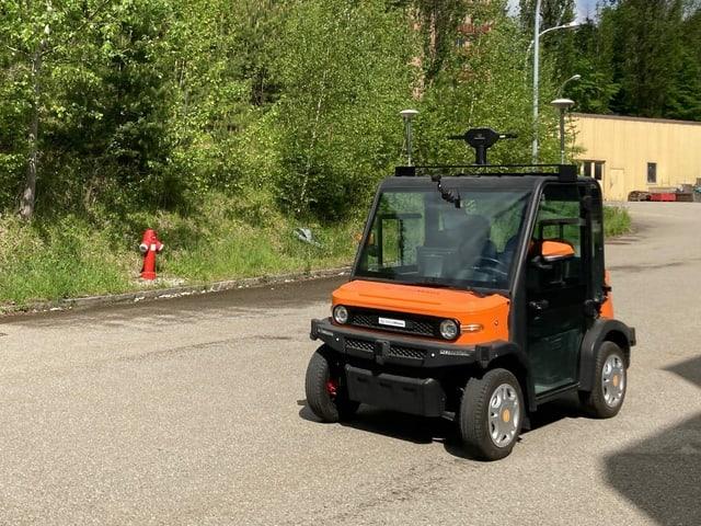 Kleines oranges Fahrzeug mit Kameras.