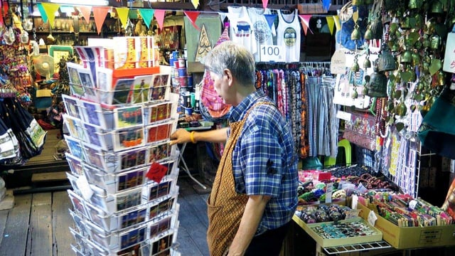 Eine Verkäuferin steht in ihrem Souvenirladen.