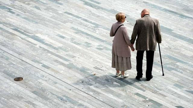 Eine altes Paar auf einem Platz.