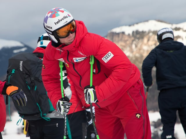 Marc Gisin beugt sich über die Skistöcke.