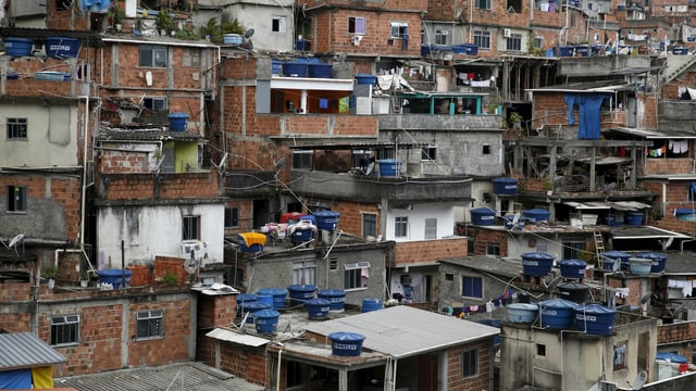 Wassertanks auf Slum-Hütten
