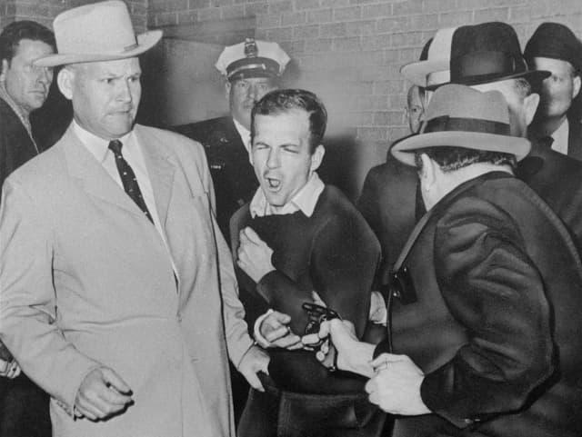 Jack Ruby erschiesst Lee Harvey Oswald.