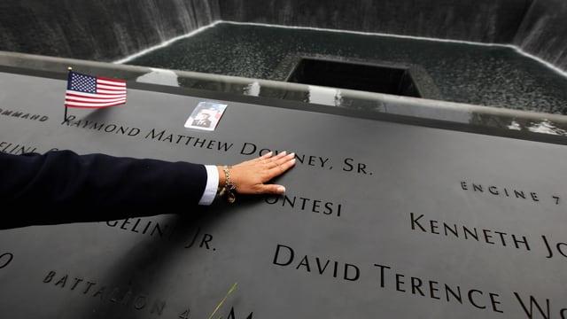 Namen stehen auf einer Gedenktafel.