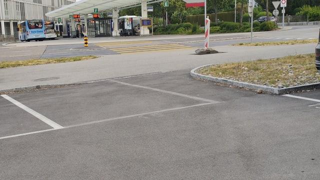 Parkplatz mit Fussgängerdurchgang.