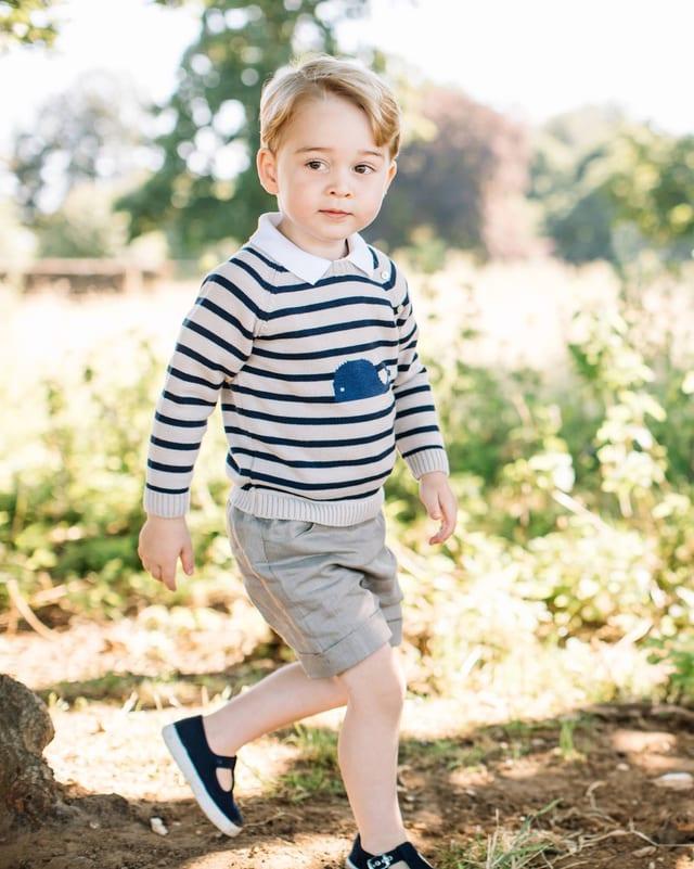 George im gestreiften Oulli und Shorts.