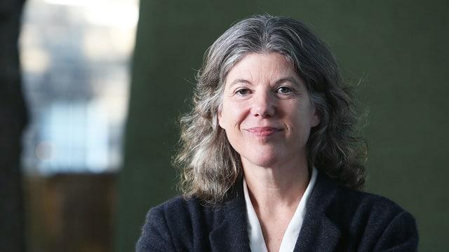 Sigrid Rausing, eine Frau mit langem, gräulichen Haar.