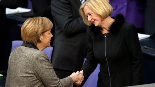 Merkel gratuliert Wanka im Bundestag