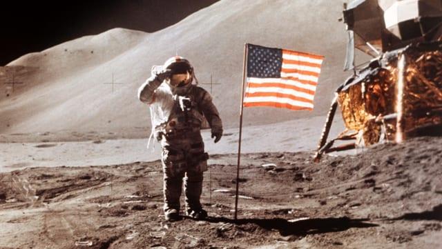 US-Astronaut James B. Irwin salutiert neben der US-Flagge auf dem Mond
