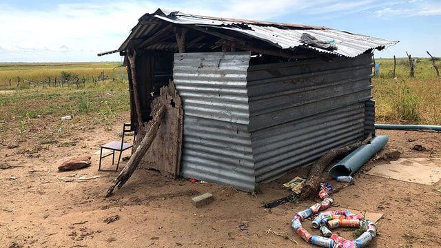 Schütteres Wellblechhüttchen am Rande eines Feldes in Botswana.