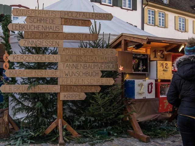 Schilder, mit Informationen zu den Angeboten am Weihnachtsmarkt