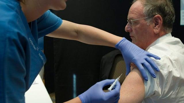 Im September 2011: Der Bündner Ständerat Theo Maissen (CVP) lässt sich in Bern gegen die Grippe impfen.
