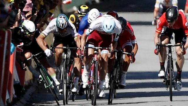 Peter Sagan fährt gegen Mark Cavendish den Ellbogen aus.