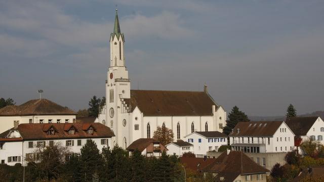 Blick auf das Dorf Leuggern mit seiner riesigen Kirche, die alle Häuser bei weitem überragt.