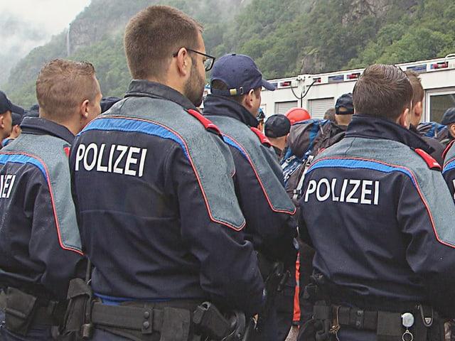 Einige Polizisten von hinten, sie hören jemandem zu.