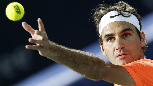 Roger Federer beim Aufschlag.