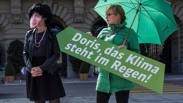 Jemand mit einer Leuthard-Maske bei einer Grünen-Aktion auf dem Bundesplatz 2014.