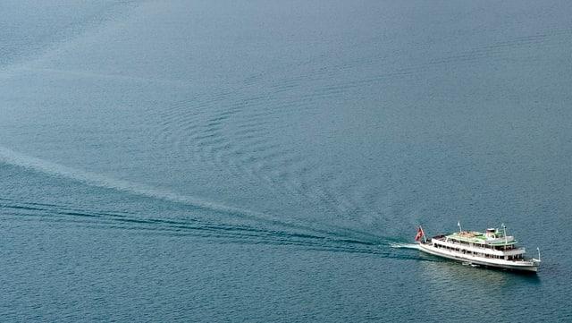 Ein Schiff fährt über den See.