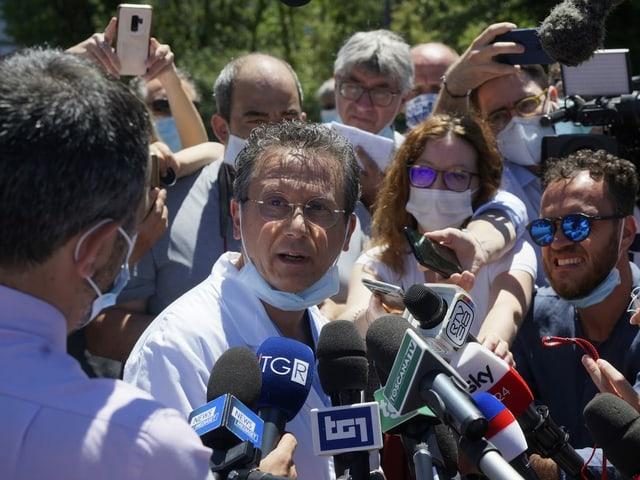 Dr. Sabino Scolletta erteilt den Medien vor dem Spital in Siena Auskunft.