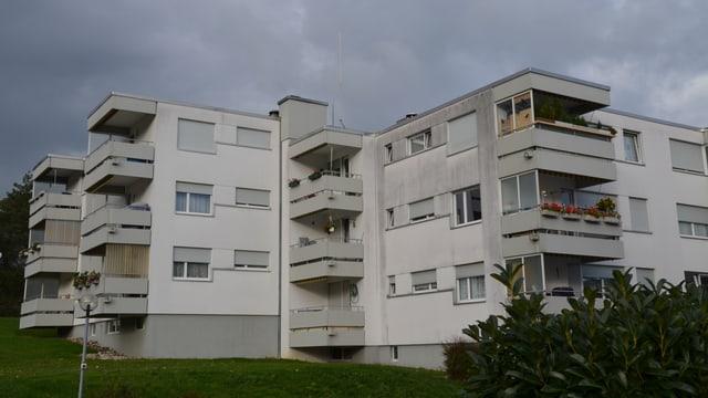 Wohnblock in Lostorf mit feinem Stab in der Mitte des Daches (Planung Mobilfunkantenne)