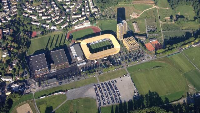 Luftaufnahme eines Gewerbegebietes mit Gebäuden und Grünflächen.