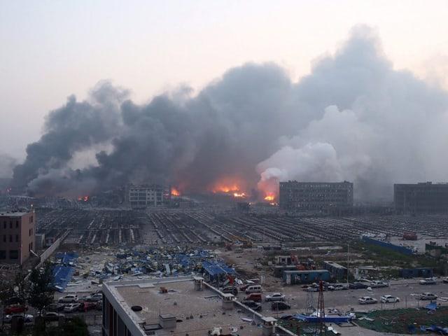 Rauchende Trümmer und zerstörte Häuser