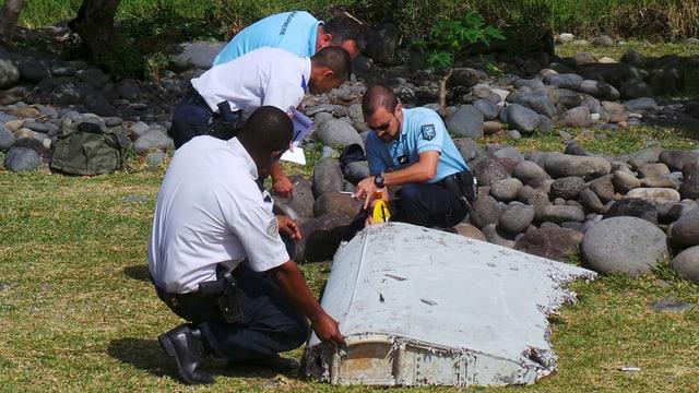 4 umens examineschan in toc dal vrac da l'eroplan MH370
