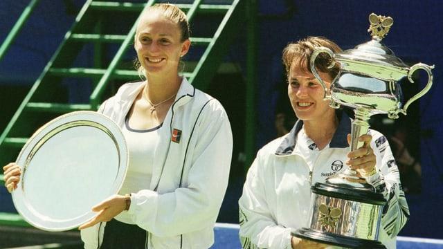 Siegerin Hingis und ihre Finalgegnerin Pierce posieren mit ihren Trophäen.